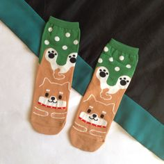How cute, Shiba Inu socks! Love the color combo and art style.