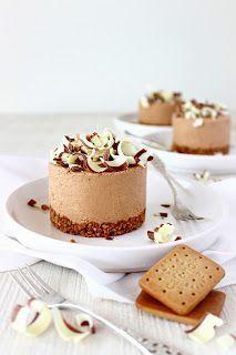 Cappuccino chocolademousse-taartjes. Zo, dat is een hele mond vol. En wát voor een volle mond: elke hap van deze taartjes is pure verwennerij, een ware weldaad voor je smaakpapillen.  Als eerste proe