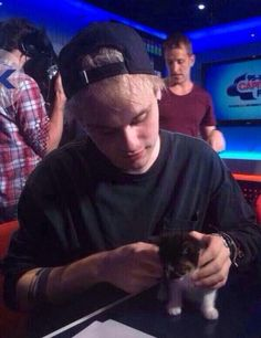 <3 WHO LET MIKEY HOLD A KITTY????!!!!!>>>>.....my....heart... *puts hand over heart* *falls over* oh gosh
