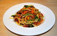 zucchinispaghetti with hot tomato sauce - recipe on the blog #karokocht