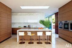 Modern kitchen by Sarah McElroy and Steven Ehrlich in Laguna Beach, CA