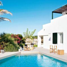 Emplazada en un entorno idílico, frenteal Mediterráneo, esta casa menorquina cuenta con una estructura rehabilitada que respeta loselementos tradicionales de la isla.¿El...