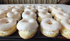 Brandteig-Spritzkuchen mit Puddingcreme und einem Zuckerguss obendrauf.