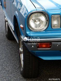 Scheinwerfer und Blinker einer blauen japanischen Toyota Cressida Limousine der Achtziger Jahre in Krofdorf-Gleiberg bei Gießen in Mittelhessen