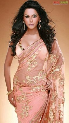~ Living a Beautiful Life ~ Natasha suri in Peach Puff saree jeweled blouse design.love the color combo India Fashion, Asian Fashion, Pakistan Fashion, Beautiful Saree, Beautiful Dresses, Beautiful Life, Indian Dresses, Indian Outfits, Moda India