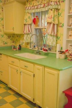 Granny pods kitchen Image may contain: - grannypods Modern Retro Kitchen, 1930s Kitchen, Old Kitchen, Vintage Kitchen, Kitchen Decor, Kitchen Stuff, Mini Kitchen, Kitchen Things, Green Kitchen