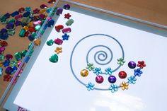 des mandalas et des pierres précieuses sur la table lumineuses
