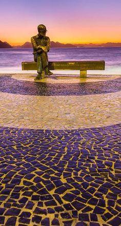 """""""O mundo é grande e cabe nesta janela sobre o mar."""" Carlos Drummond bronze statue Copacabana Beach - Rio de Janeiro"""