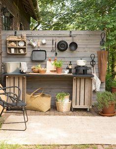 Simpel zo'n DIY buitenkeuken bestaande uit een blad en twee groentenkisten op wielen