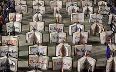 Escuela de samba Uniao da Ilha con disfraces de libros en la primera noche del desfile anual del #carnaval en el Sambódromo, Río de Janeiro 2013. Imagen: REUTERS / Ricardo Moraes #carnival #RiodeJaneiro #Sambodromo #Brasil.