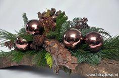 Christmas Flower Arrangements, Christmas Flowers, Christmas Centerpieces, Green Christmas, Xmas Decorations, Christmas Home, Vintage Christmas, Christmas Wreaths, Art Floral Noel