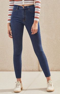 The Ashlyn Blue Super High Rise Jeggings offer a modern fit with a retro-inspired silhouette that is bound to get heads turning. PacSun deliver these skinny jeans complete with a super stretch fabric and dark blue wash. Girls Ripped Jeans, Ripped Skinny Jeans, Jeans Fit, Cargo Pants Women, Pants For Women, Beste Jeans, Button Fly Jeans, Casual Jeans, Teen Fashion Outfits