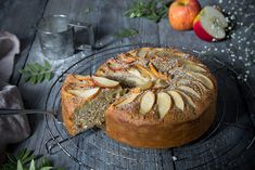 Das ist jetzt schon der zweite Apfelkuchen in kurzer Zeit, den ich euch zeige. Aber er ist so ganz anders als der Apple Pie aus Vermont. Es ist ein klassischer Rührkuchen – nein, eigent…