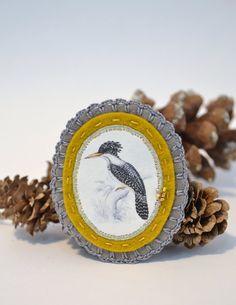 vilten broche met vogel - grijs en mosterd geel - handgemaakt