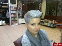 Funky flip silver and light blue tinted short hairstyle Pixie Hairstyles, Pixie Haircut, Cool Hairstyles, Short Grey Hair, Short Hair Cuts, Pixie Cuts, Love Hair, Great Hair, Blonde Grise