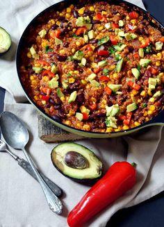 vegan mexikanisch: Quinoa-Chilli-Pfanne mit Mais, Kidneybohnen und Avocado