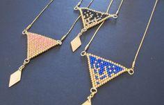 Collier triangle doré et noir monté sur une chaîne plaqué or