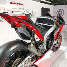 Aprilia Racing RS-GP: 230 cv #bearacer #aprilia #racer #racing #bikelovers #bike #moto #italian #motorcycle #rsgp #italianbikes #autos #garagemdoautos #speed #fast #power #motocicleta #superbike #detroit #motorcity #motown #motorbiker #biker #riders http://unirazzi.com/ipost/1495389545494465909/?code=BTAsN5kB811