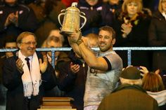 Chris Robshaw lifts the Calcutta Cup Chris Robshaw, Sexy Military Men, Australian Football, Rugby Men, Rugby Players, Big Men, Beautiful Men, Hot Guys, Soccer