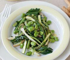padellata di catalogna, puntarelle fave asparagi e radicchio selvatico/pan of Catalonia chicory and wild radicchio, asparagus and fava beans