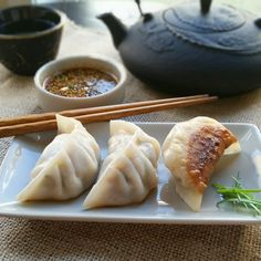 Delicious savory pork and vegetable dumplings with Chinese black vinegar. Japanese Dumplings, Best Dumplings, Homemade Dumplings, Dumpling Recipe, Appetizers For Party, Appetizer Recipes, Party Recipes, Vegetable Dumplings, Toasted Sesame Seeds