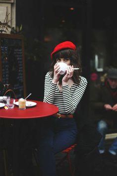 béret femme rouge avec un blouse à rayures blanches noires