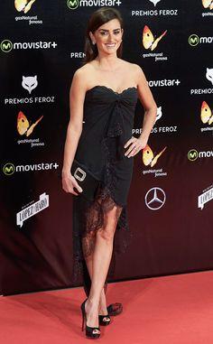 Nuisette de Fashion Police  Penélope Cruz opte pour une robe en dentelle Emanuel Ungaro pour les Feroz Cinema Awards 2016 en Espagne, mais on est désolés de dire que la robe sexy ressemble plus à une nuisette. Suivez-nous sur Twitter et Facebook !