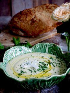 Vidunderlig blomkål- og purresuppe Leek And Cauliflower Soup, Salmon Burgers, Salads, Food And Drink, Snacks, Cooking, Ethnic Recipes, Bra, Drinks