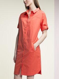 Платье -рубашка прямого силуэта, с отложным воротником на стойке, втачным рукавом с регулируемой длиной на патах ,с функциональными карманами с листочкой ,с геометрической разрезкой, декоративными строчками, с центральной застежкой на пуговицы, с фигурной линией низа., арт. 4139470nl0723, состав: Основная ткань: хлопок 100 %;