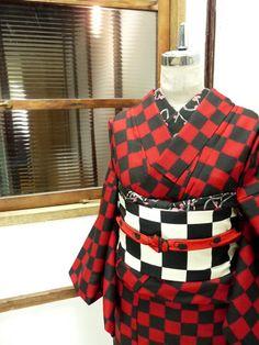 赤と黒の市松模様がモダンなウールの単着物です。