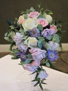 Cascade of roses and lisianthus in pastel tones