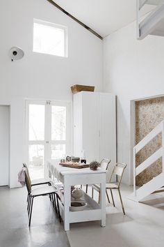 Im skeptical about angular cuts in my house, especially if I wanted a traditional greek style. However, this photo convinces me that it doesnt look as bad.