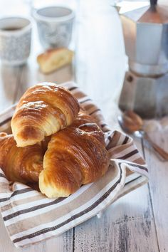 Recipe for Cornetti - if you have a sweet tooth, don't tell the French, but these are much better than a French croissant! (Cornetti is a standard for the Italian breakfast) Morning Breakfast, Breakfast In Bed, Morning Coffee, Italian Breakfast, Italian Coffee, Turkish Coffee, Croissant Recipe, Italian Pastries, Me Time