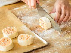 Pizzarolle in Scheiben schneiden