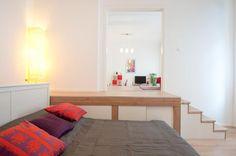 Eine Gemütliche Schlafsituation In Der Offenen Wohnung! Das Bett Steht  Versteckt Und Doch Zentral In
