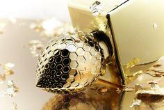 777 Soleil de Jeddah EDP «Ambra i kryształy» Błyszczący, metalicznie złoty flakon skrywa w sobie równie złoty zapach: intensywne światło południowego słońca. Dostojny i pełen godności, a jednocześnie zmysłowy jak afrodyzjak. Rodzina zapachowa: skórzana