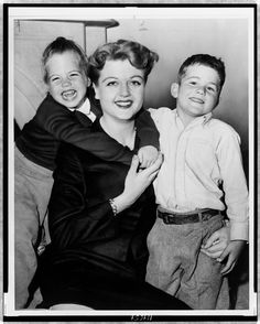 Angela Lansbury with her 2 children, with her long time husband Peter Shaw daughter Deirdre and son Anthony. Angela Lansbury, Barbara Stanwyck, Classic Hollywood, Old Hollywood, Hollywood Glamour, Detective, Cinema, Old Movie Stars, Fotografia