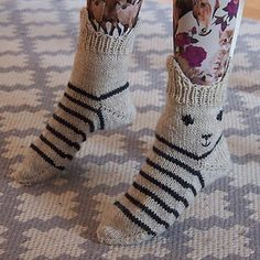 Ravelry: Kiskis pattern by Minna Metsänen (sock crafts ravelry) Knitting For Kids, Knitting Socks, Knitting Projects, Crochet Projects, Hand Knitting, Knitting Tutorials, Knit Socks, Knitting Machine, Vintage Knitting