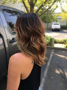 Brunette to blonde balyage hair ombré sombre medium haircut short hair