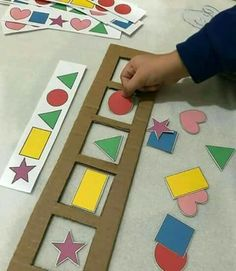 Paper with crafts ideas at home - Tips and templates . - Montessori - Paper with crafts ideas at home - Tips and templates . - Montessori - Paper with crafts ideas at home - Tips and templates . Preschool Learning Activities, Infant Activities, Preschool Activities, Kids Learning, Montessori Kindergarten, Shape Activities, Preschool Shape Crafts, Visual Motor Activities, Colour Activities