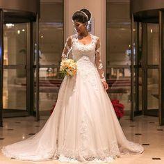 . Nova coleção da estilista  @maylysakowski!  Atendimento de segunda a domingo! Corre agende seu horário através do whats 11.98665-1329 ou 11.5615-6165  Email: comercial@casaenoivas.com.br  End. Av. Miruna 162 Moema - SP  #universodasnoivas #noiva #noivas #noivado #noivinha #wedding #casamento #casamentos #vestido #vestidos #voucasar #vestidodefesta #vestidodenoiva .  Confiram mais modelos da estilista  @maylysakowski  Make e penteado: @belladare_noivas  Foto: @studior_oficial by…