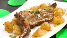 Receta de Conejo asado con patatas - Karlos Arguiñano Roast Rabbit, Rabbit Food, Spanish Cuisine, Spanish Food, Roasted Rabbit Recipe, Steak Recipes, Cooking Recipes, Around The World Food, Meat Steak