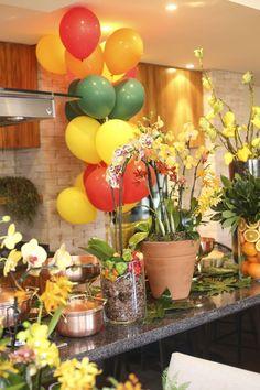 feijoada de Rodrigo que mostraremos a vocês hoje.Dedo de anjo, sementes de ligustro e orquídeas de vários tipos e alturas, ora arranjados em vasos de barro, Samba, Party Time, Table Decorations, Flowers, Projects, Inspiration, Home Decor, Parties, Mom