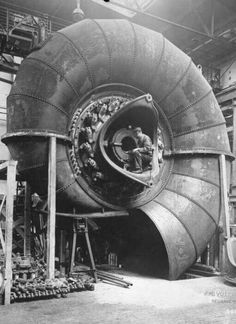 A 9000 hp spiral turbine being built in Germany for a power plant in Norway in 1928 : EngineeringPorn Hoover Dam Construction, Steam Turbine, Water Turbine, Industrial Photography, Celebrity Travel, Funny Tattoos, Civil Engineering, Mechanical Engineering, Outdoor Art