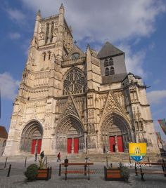 Cathédrale de Meaux, Seine-et-Marne, France Ancient Architecture, Art And Architecture, French Cathedrals, Medieval, Cathedral Church, Chapelle, Place Of Worship, Romanesque, Kirchen