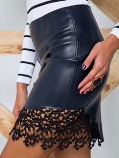 Spódnica z eko-skóry na podszewce  z zamszu czarny