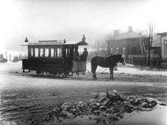 Hevosraitiovaunu 1888 - Yhtiön nimi muutett.hevosraitioliikennettä suunniteltaessa v.1890 Helsingin Raitiotie- ja Omnibusosakeyhtiöksi.Hevosen työpäivä oli kolmen tunnin pituinen.Enimmill.hevosia oli 106.Hevosraitioliikenne päättyi 21.10.1901.Sähköraitiovaunuliikenne aloitett.virall.4.9.1900.Raideverkoston sähköistyksen urakoi O.L.Kummer Dresdenistä.Kummer toimitti myös ensimm.sähköraitiovaunut, ja saksal.insinöörit kouluttiv.kuljettajia. - Finnish horse History Of Finland, Map Pictures, Historical Pictures, Helsinki, Past, Nostalgia, Horses, Photographs, Outdoor
