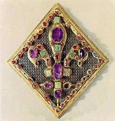 El broche del manto de coronación de San Luis. De plata dorada, esmalte champlevé y piedras preciosas. Reparado en los siglos XIV y XVII, se ha utilizado en la coronación de todos los monarcas entre esos siglos.