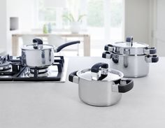 Solid is a top-class pan series with a look that is both stylish and basic. This is exemplified by the combination of stylish, polished, high-quality stainless steel, and the practical, black, heat-resistant grips and handles.
