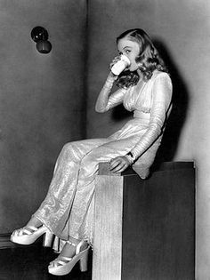 """Veronica Lake, Drinking Cup of Water on-set of the Film """"This Gun for Hire"""", 1942 - pin by Paolo Marzioli Veronica Lake, Classic Actresses, Classic Movies, Beautiful Actresses, Actors & Actresses, Old Hollywood Stars, Golden Age Of Hollywood, Classic Hollywood, Vintage Hollywood"""
